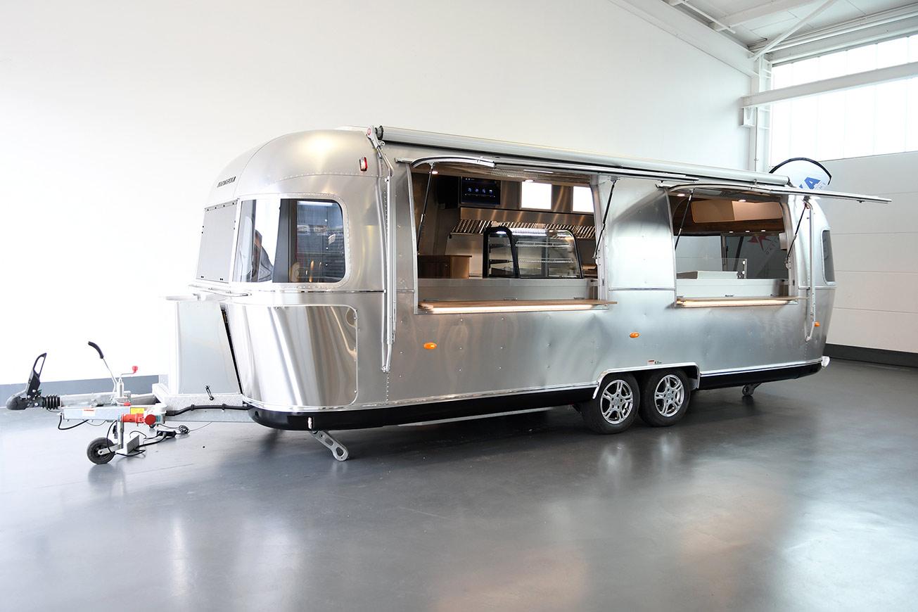 Airstream Food Trailer mit 2 Klappen zum Mieten.