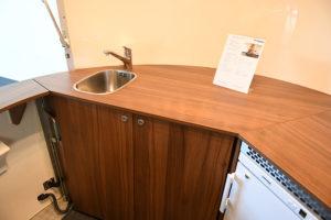 Inneneinrichtung aus Holz im Verkaufsanhänger für Kaffee.