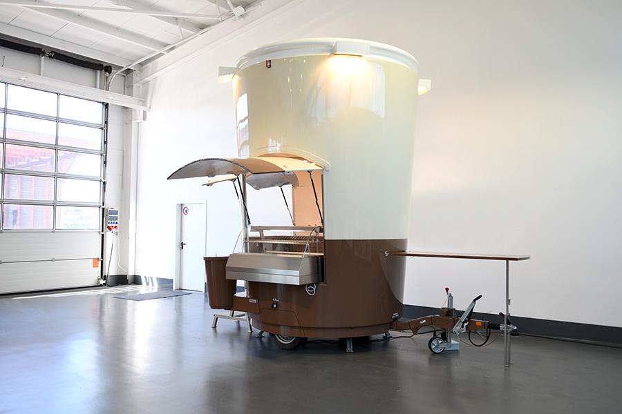 Verkaufsanhänger für Kaffeeverkauf in Form eines Coffee To Go Bechers.