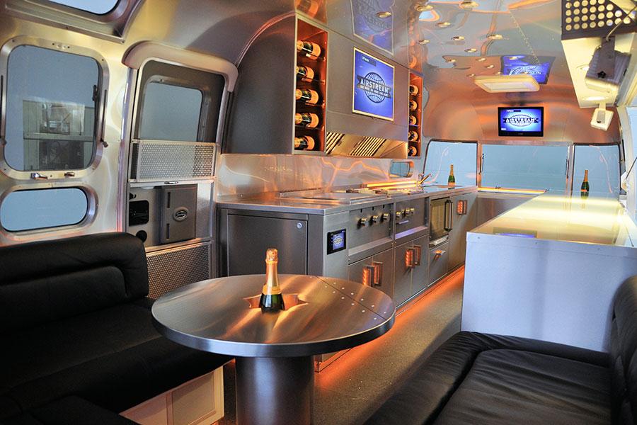 Food Truck Ausbau in einem Airstream Food Trailer.