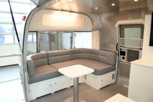 Airstream Promotionanhänger mit weißer Inneneinrichtung.