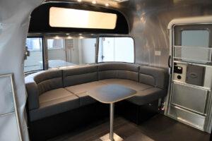 Airstream Promotion Anhänger mit grauer Lederlounge.