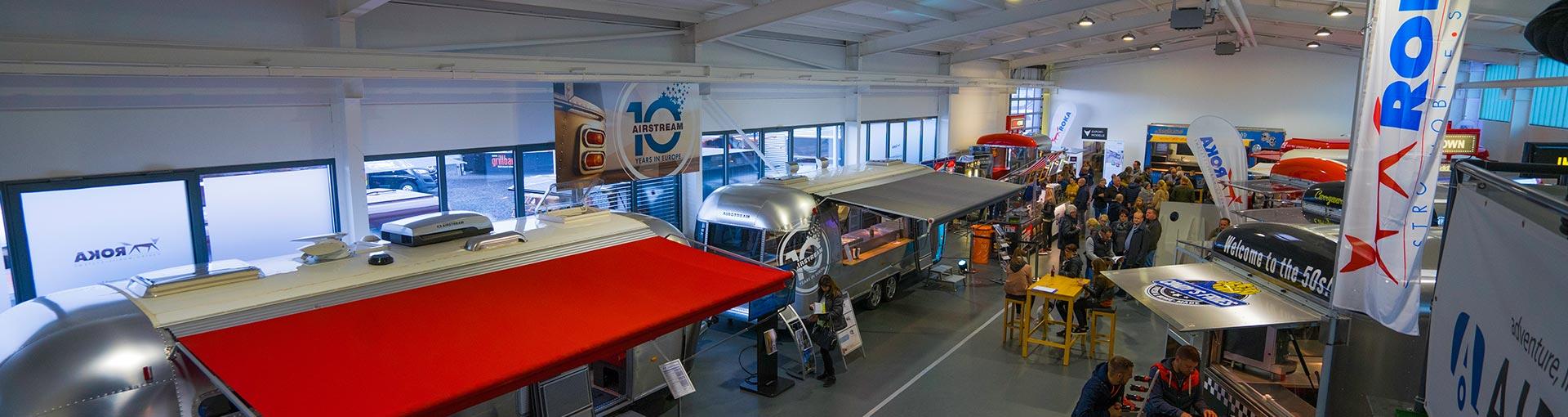 ROKA Showroom mit Food Trucks und Verkaufswagen